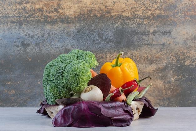 Frisches bio-gemüse auf steintisch. hochwertiges foto