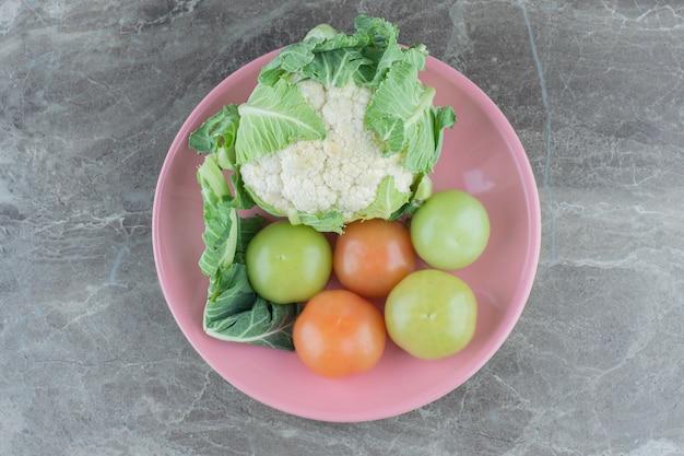 Frisches bio-gemüse. gemüse würzen. blumenkohl und tomaten. .