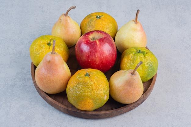 Frisches bio-obst. apfel, birne und mandarinen.
