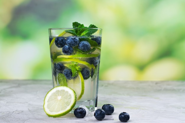 Frisches blaubeersommer mojito cocktail