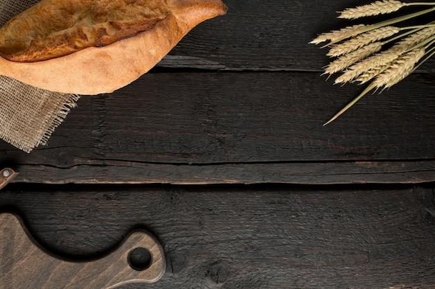 Frisches brot auf einem brett auf holz