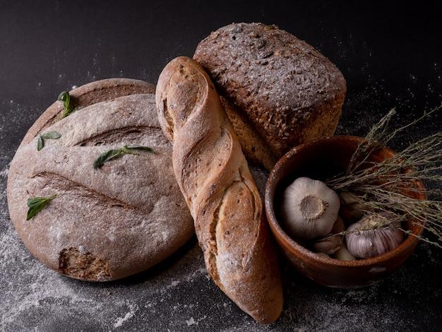 Frisches brot hefefrei oder hefeteig auf tisch, gesundes essen draufsicht