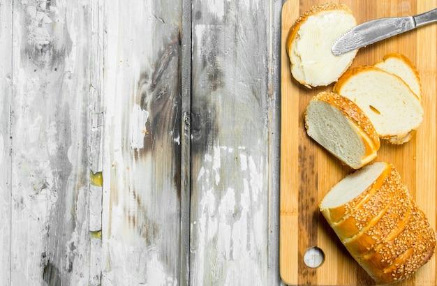 Frisches brot und butter auf dem brett.
