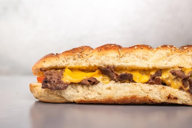 Frisches brotsandwich mit fleisch und käse im schnitt.