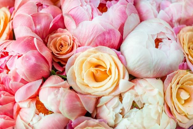 Frisches bündel rosa pfingstrosen und rosen