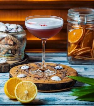 Frisches cocktail auf holzbrett