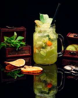 Frisches cocktail mit ananas und kiwi