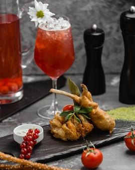 Frisches cocktail mit beeren und gefülltem fleisch