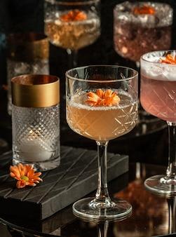 Frisches cocktail mit blume auf dem tisch