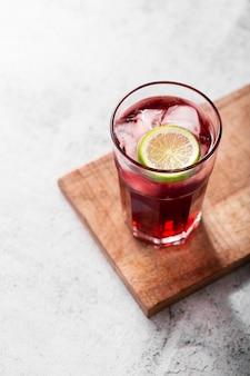 Frisches cocktail mit exemplarplatz
