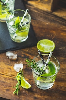 Frisches cocktail mit limette, eis und rosmarin, mojito-cocktail