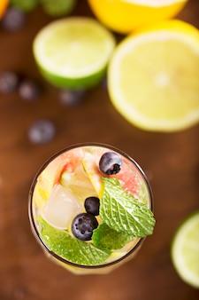 Frisches cocktail mit minze, pampelmuse