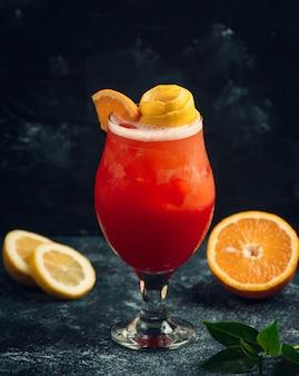 Frisches cocktail mit orange und beeren