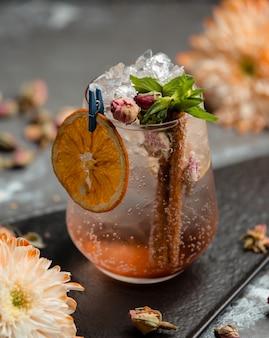 Frisches cocktail mit trockener orange und zimt