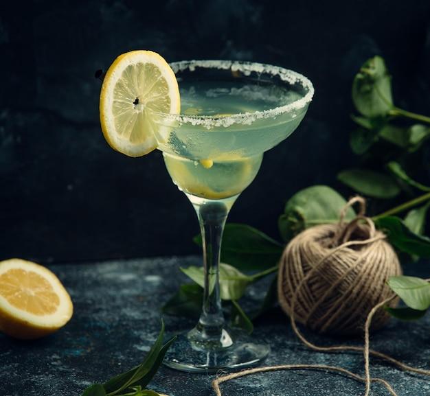 Frisches cocktail mit zitrone