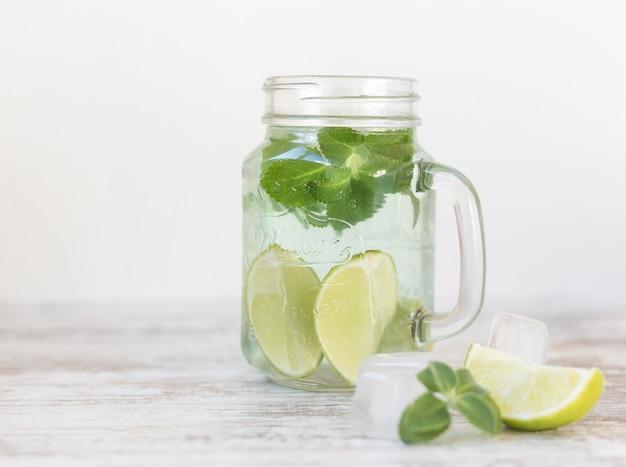 Frisches cocktail mojito auf weiß