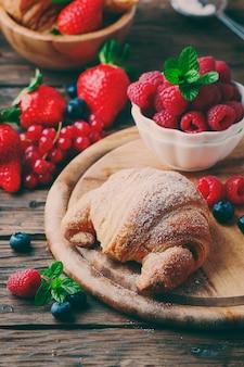 Frisches croissant mit beerenmischung, selektiver fokus
