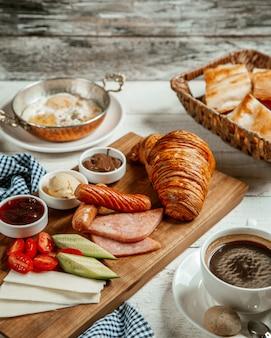 Frisches croissant mit bratwurst und käse