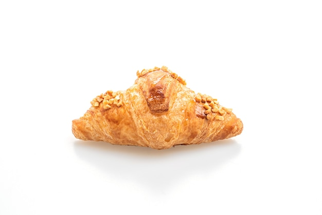 Frisches croissant mit erdnuss lokalisiert auf weiß