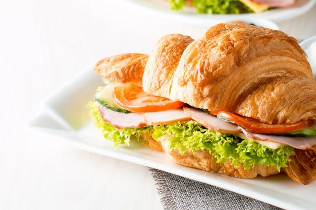 Frisches croissant mit schinken.