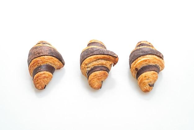 Frisches croissant mit schokolade lokalisiert auf weiß