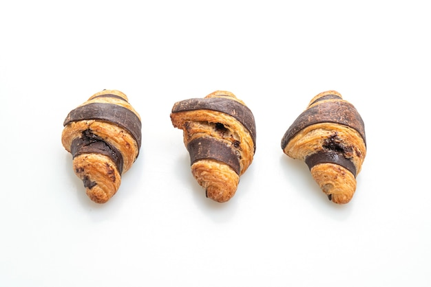 Frisches croissant mit schokolade lokalisiert auf weißem hintergrund