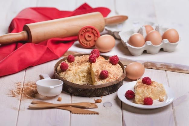 Frisches dessert von obstkuchen mit himbeeren
