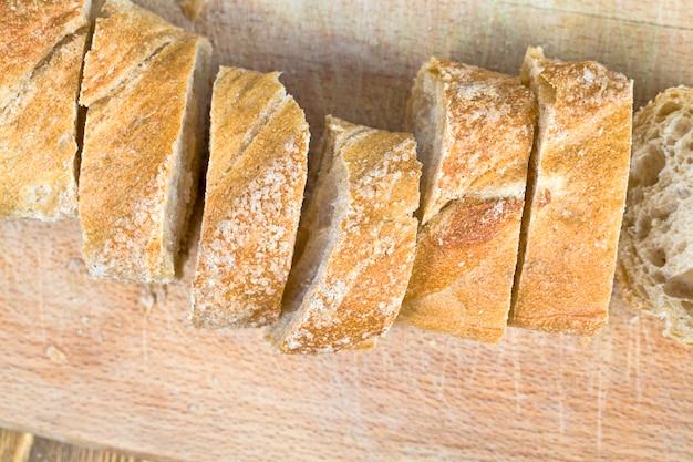 Frisches, duftendes und weiches fleisch, das aus echtem mehl in brotstücke geschnitten wird. brot aus verschiedenen mehlsorten hat eine helle farbe