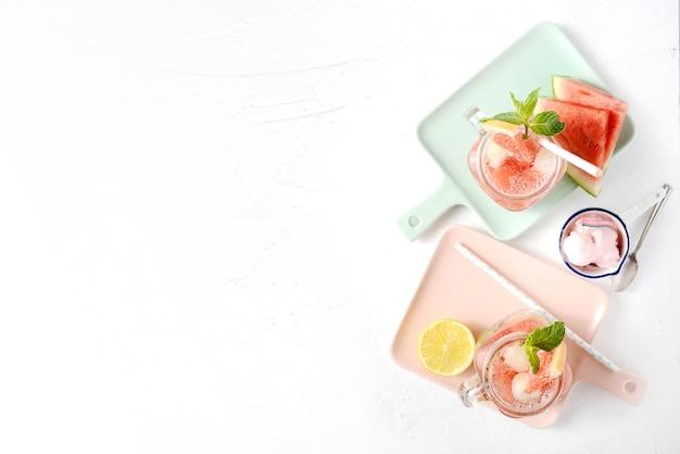 Frisches eis wassermelone und zitrone trinken