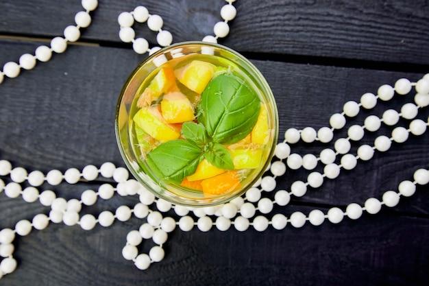 Frisches entgiftungswasser mit zitrusfrüchten