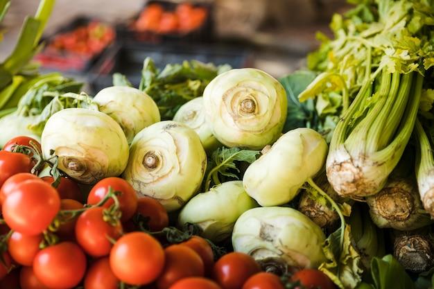 Frisches erntegemüse klemmt im markt eines landwirts fest