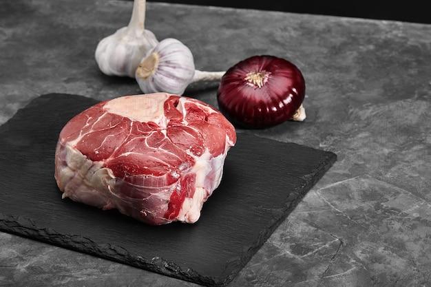 Frisches filet mit rosmarin, rohem fleisch, draufsicht, auf einem steinhintergrund.