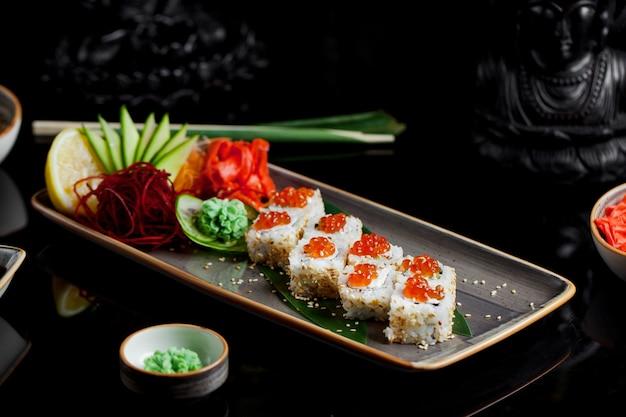 Frisches fischsushi mit ingwer und wasabi