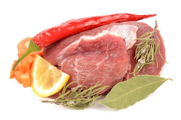 Frisches fleisch mit nudeln und gewürzen
