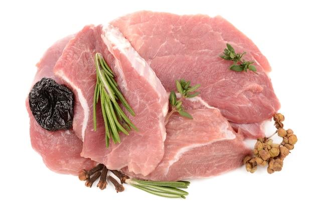 Frisches fleisch mit pflaumen