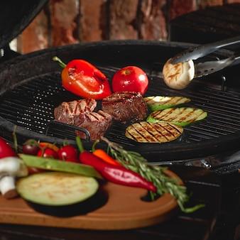 Frisches fleisch und gemüse, gegrillt bei einem hausgemachten wochenendgrill.