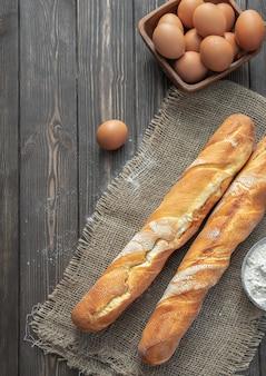 Frisches französisches baguette aus weißmehl mit braunen eiern