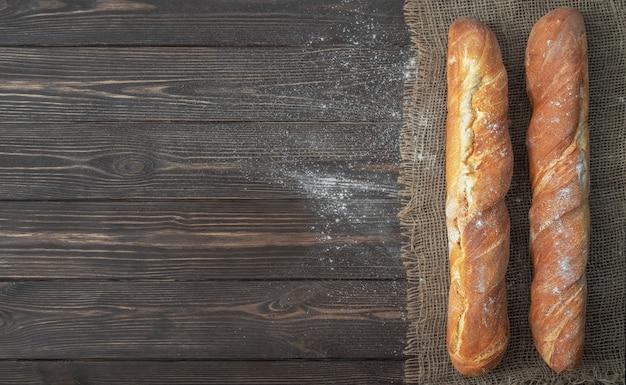 Frisches französisches baguette aus weißmehl