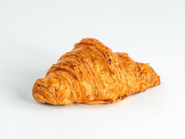 Frisches französisches croissant auf dem tisch