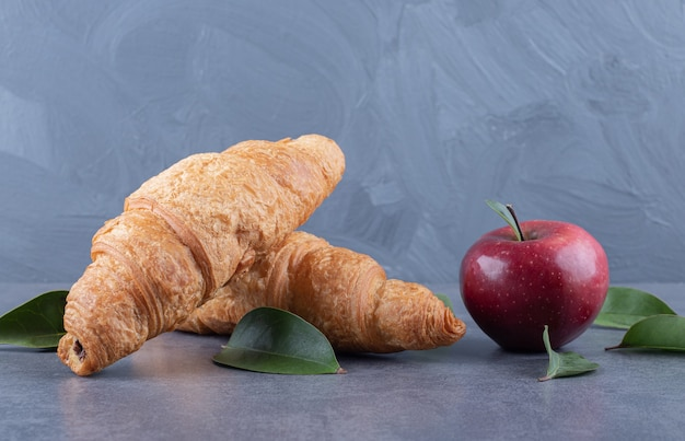 Frisches französisches croissant mit frischem apfel.