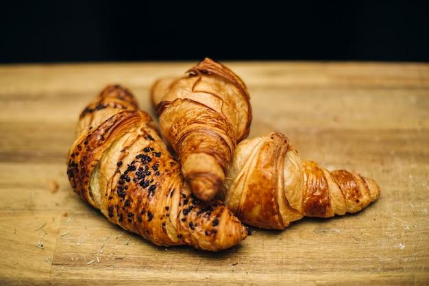 Frisches französisches hörnchen auf dem tisch
