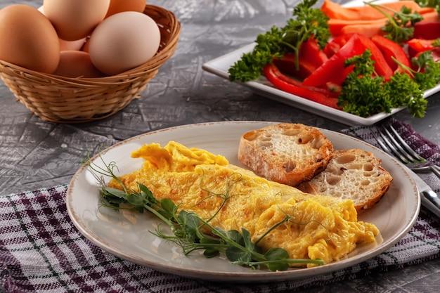 Frisches französisches omelett mit frischem gemüse. vegetarisches essen