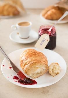 Frisches frühstück am morgen. croissant mit marmelade und kaffee.