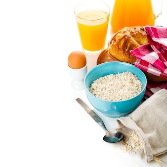 Frisches frühstück isoliert über weiß