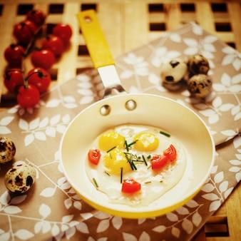 Frisches frühstück mit spiegeleiwanne