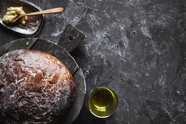Frisches gebackenes brot auf dunklem hintergrund