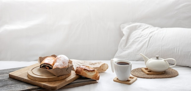 Frisches gebäck und eine tasse kaffee