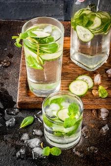 Frisches gefrorenes getränk des sommers, minze und gurke gossen wasser, sommer gesunde detox mojito cocktails hinein
