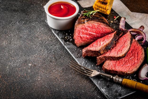 Frisches gegrilltes rindfleisch, hausgemachtes grillfleisch mittelrar