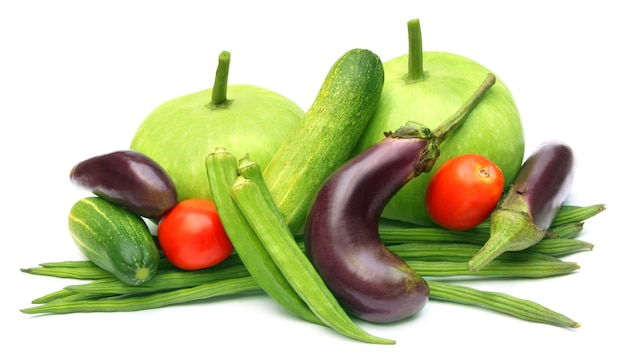 Frisches gemüse ã flaschenkürbis, gurke, tomate, moringa, okra